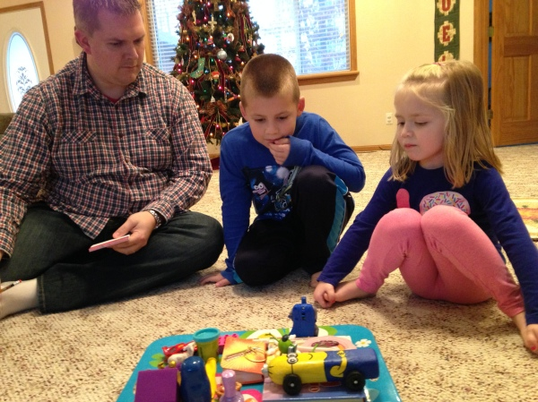 Matt and the kids try to quickly memorize what objects are on the tray.